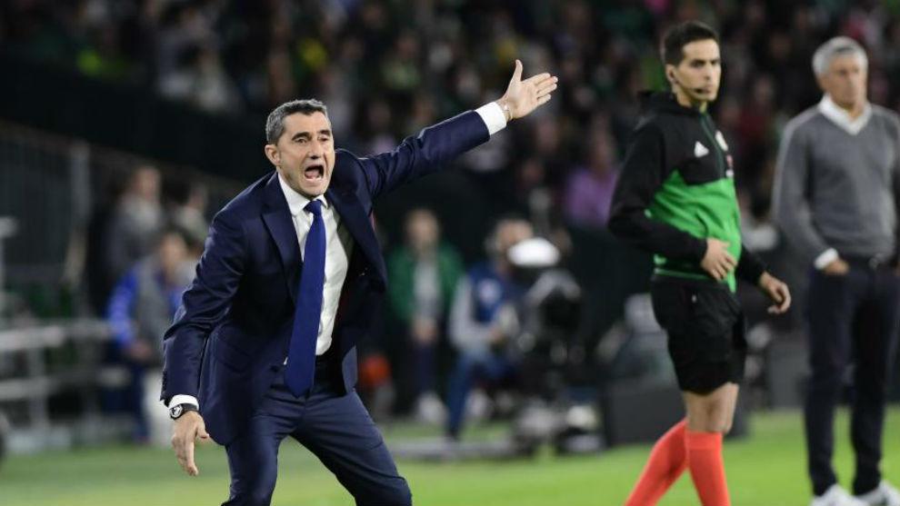 Ernesto Valverde da instrucciones a sus jugadores en el Benito...