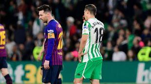 Guardado, junto a Messi en el partido de ayer