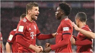 Thomas Müller felicita a Alphoso Davies por su primer gol con el...