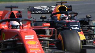 Vettel, a punto de ser adelantado por Verstappen a mitad de la prueba.