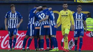 Los jugadores del Alavés celebran un tanto ante el Villarreal.
