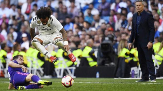 Marcelo salta ante la entrada de Fran Beltrán durante el Real...