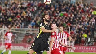 Germán Sánchez se impone a Álvaro Giménez en un  balón aéreo en...