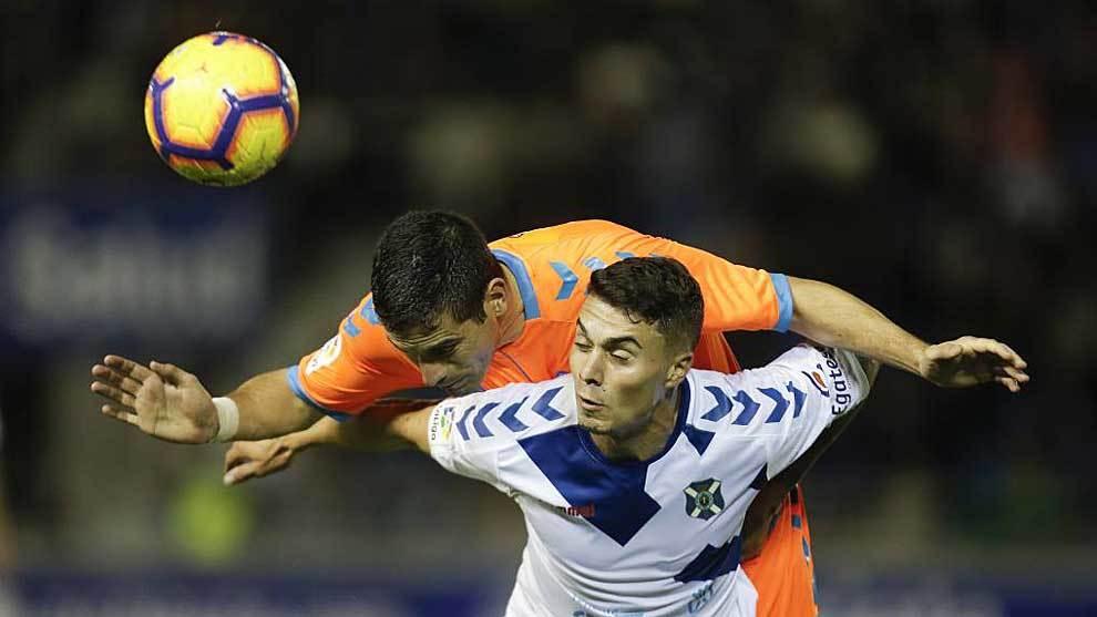 Naranjo intenta controlar el balón ante la presión de un jugador del...