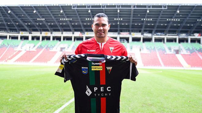 Peña posa con la camiseta del GKS Tychy/
