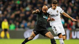 Ari controla un balón ante Gabriel