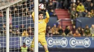 Sergio Herrera atrapa un balón alto en El Sadar este domingo