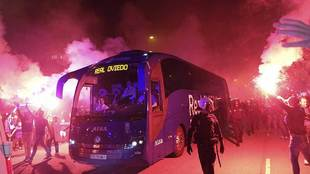 Llegada del autobús del Oviedo entre bengalas al Carlos Tartiere en...