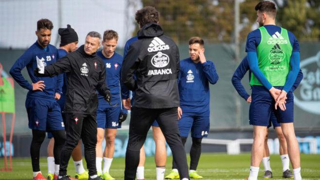 Fran Escribá da instrucciones a sus jugadores en un entrenamiento.