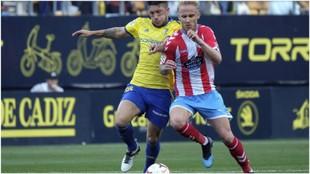 Espino lucha con Sergio Gil por hacerse con el balón, en el partido...