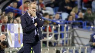 Víctor, pensativo en el último partido en La Romareda.