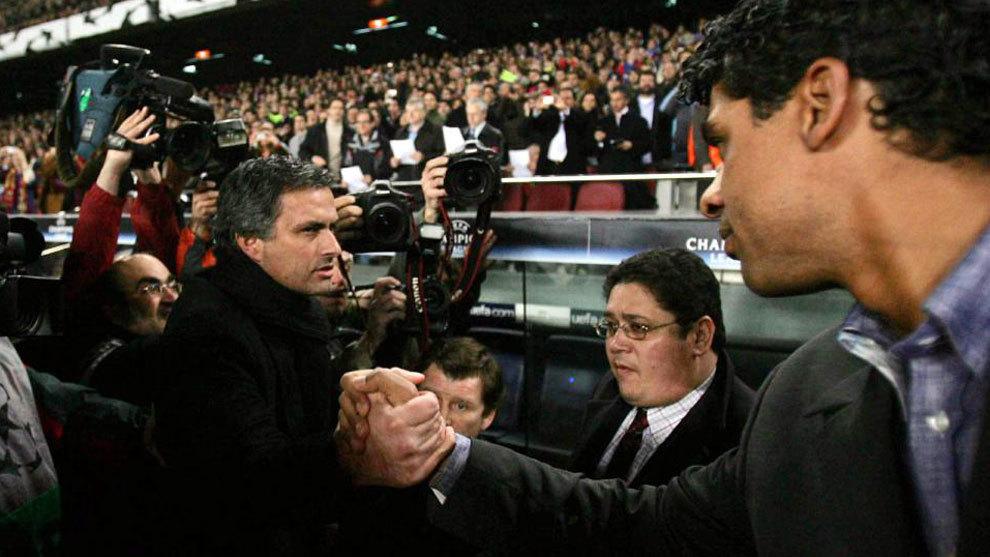 Mourinho saluda a Rijkaard antes del Barcelona-Chelsea de 2006.
