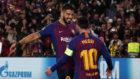 Luis Suárez se abra a Leo Messi durante el partido contra el...