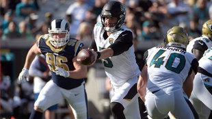 Blake Bortles entrega el balón a su corredor ante los Rams en un...