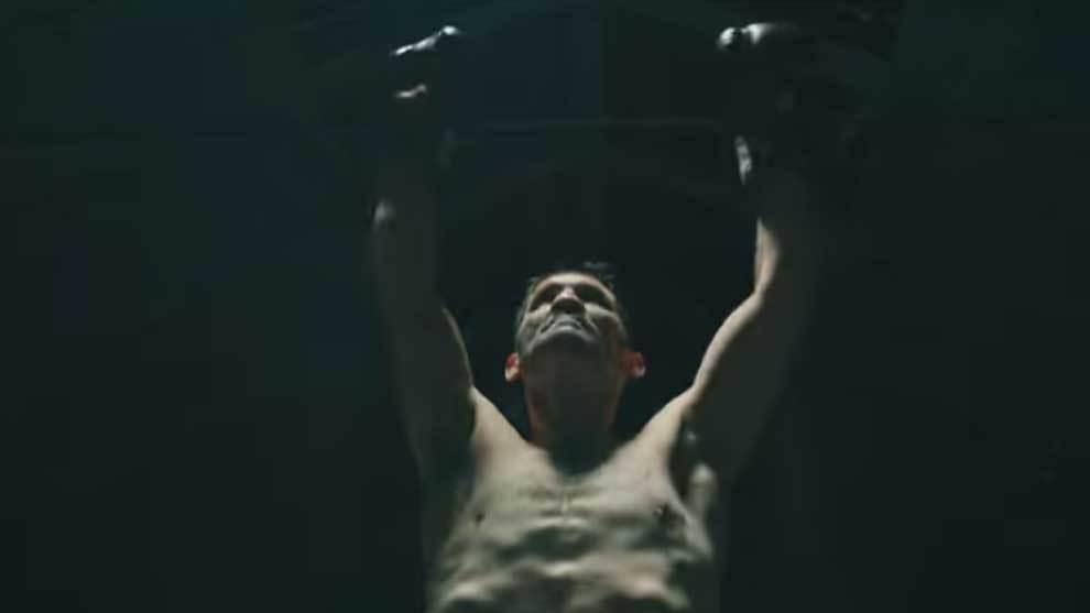 Poli Díaz boxeando en el vídeoclip 'En las encías' del grupo Marea