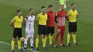 Moreno Aragón y su equipo arbitral junto a los capitanes de Albacete...