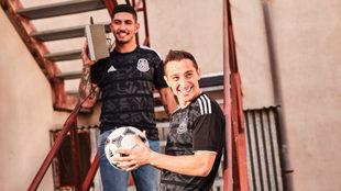 Guzmán y Guardado posan con el nuevo jersey