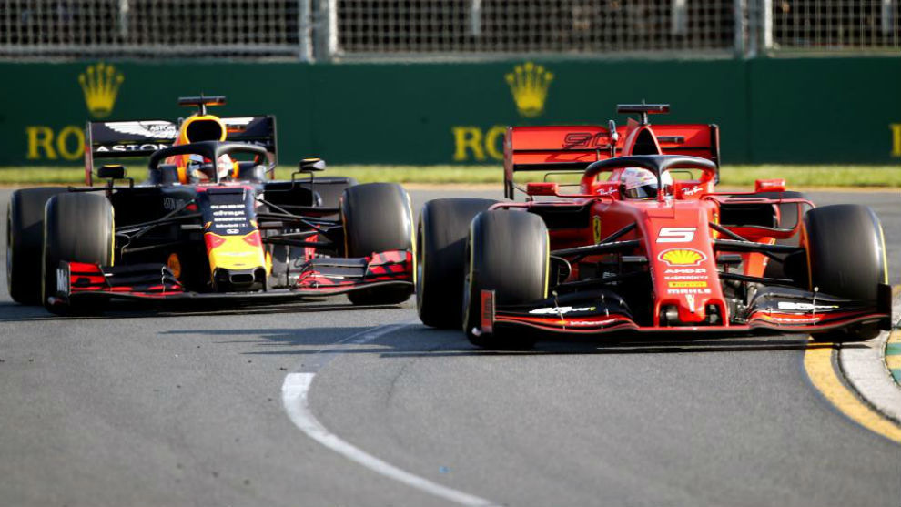 Verstappen encima a Vettel antes de adelantarle en el GP de Australia.