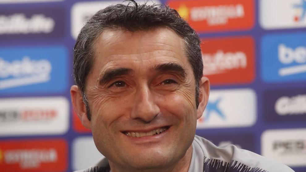Valverde sonríe en una rueda de prensa.