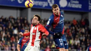 Christian Rivera pelea un balón por arriba con Beñat en un partido...