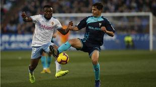 James Igbekeme pelea un balón en el partido con el Albacete.