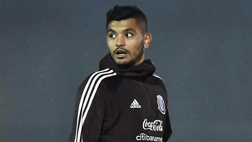 Tecatito en un entrenamiento con selección mexicana
