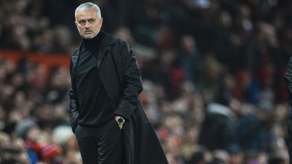 Mourinho observa un partido/