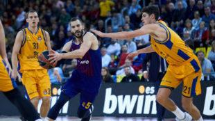 Pau Ribas trata de romper la defensa del Gran Canaria.