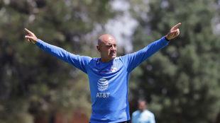 Sánchez Solá dirige un entrenamiento al Puebla/