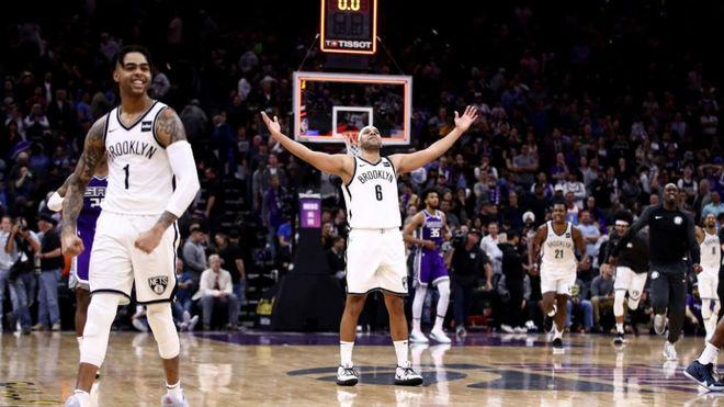 Los jugadores de los Nets celebran su heroica victoria en Sacramento