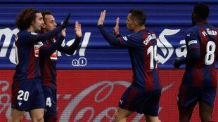 Los jugadores del Eibar celebran el tanto logrado por Orellana ante el...