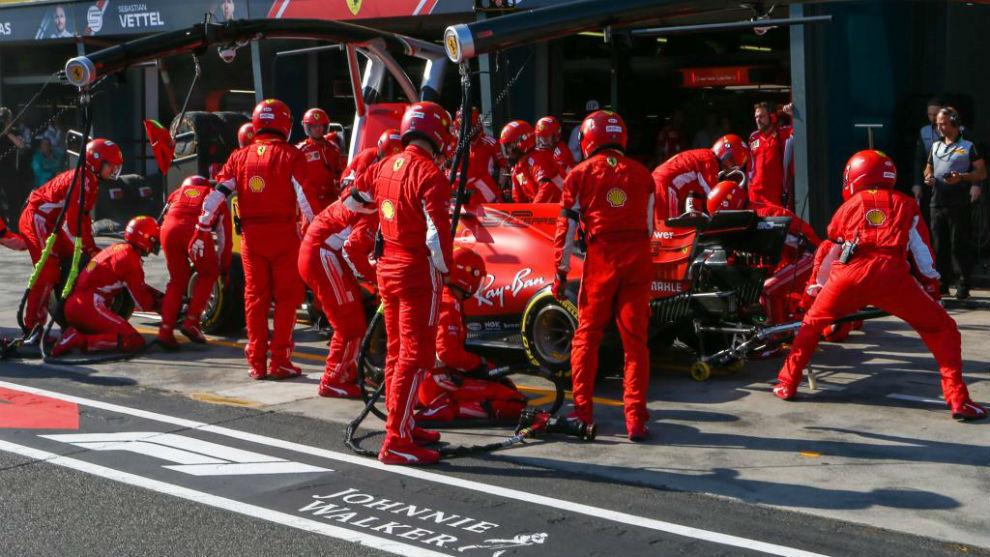 Vettel, durante el 'pit stop' del pasado Gran Premio de Australia.