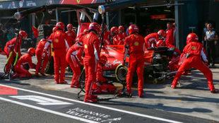 Vettel, durante el 'pit stop' del GP de Australia