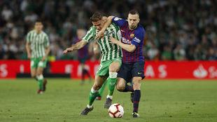 Joaquín lucha por un balón con Jordi Alba en el Betis-Barça.