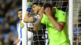 Un jugador del Levante se lamenta en Anoeta.