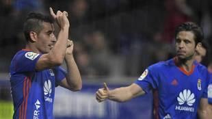 Carlos Hernández felicita a Saúl Berjón tras su gol al Almería