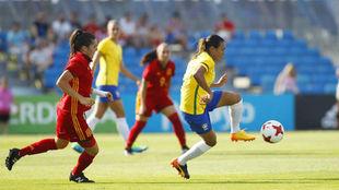 Marta Vieira controla un balón ante la mirada de Andrea Pereira.