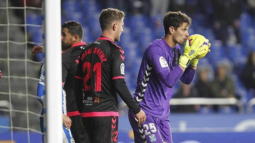 Dani besa el balón delante de Jorge Sáenz en el último partido sin...