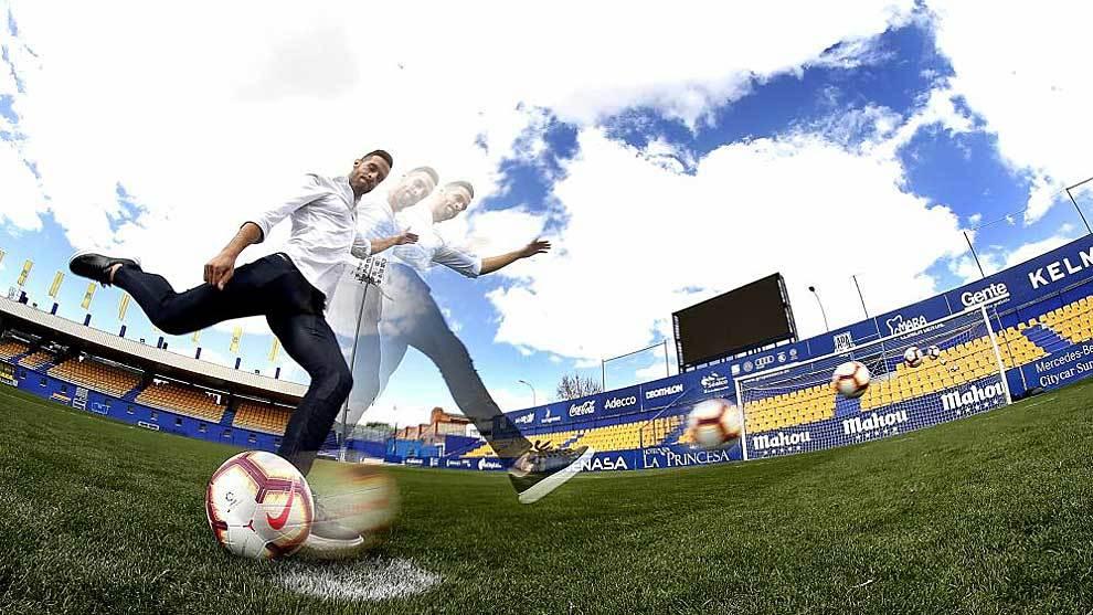 Esteban Burgos practica el lanzamiento de penaltis para MARCA en Santo...