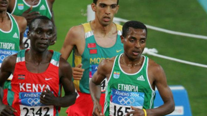 Eliud Kipchoge (primero por la izquierda) junto a Kenenisa Bekele e...