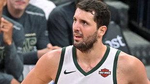 Nikola Mirotic en un partido con los Bucks