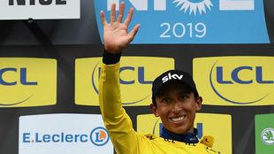 Egan Bernal saluda como vencedor de la París-Niza 2019.