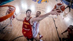 Bogdanovic taponado por Juancho Hernangómez en el último Eurobasket