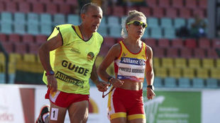 Mari Carmen Paredes junto a su guía, y marido, Lorenzo Sánchez en...