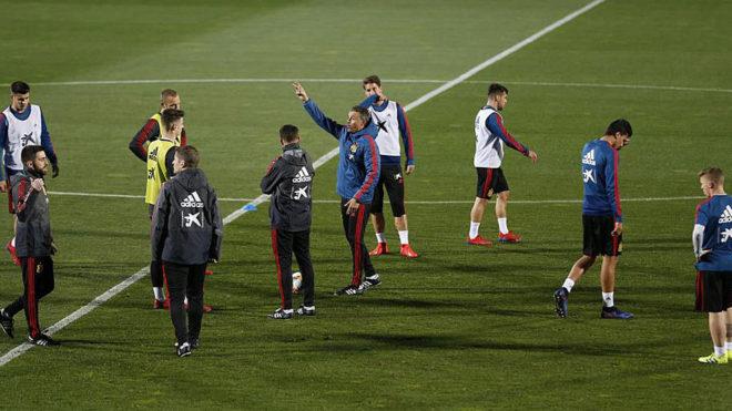 Luis Enrique dirige un entrenamiento de la selección.