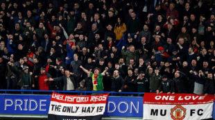 Aficionados del Manchester United celebran un gol.