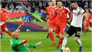 Gundogan regatea a Dmitrovic.