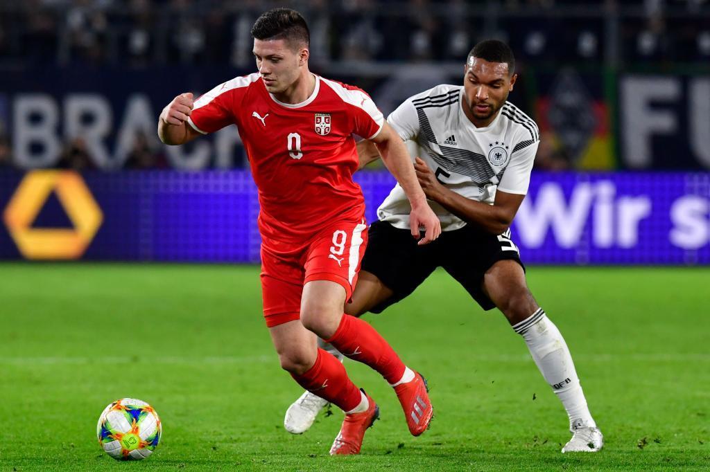 Luka Jovic protege el balón ante Jonathan Tah