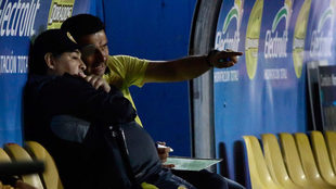 Maradona observa desde su banquillo/