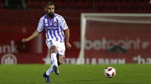 Borja da un pase en un partido del Valladolid.